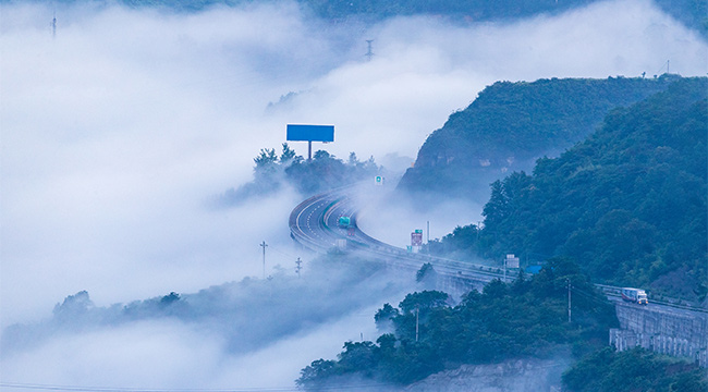 沿著高速看中國  銀百高速穿雲破霧猶在畫中行
