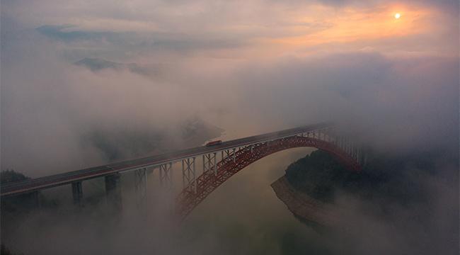 沿著高速看中國  三峽雲海裏的滬渝高速美景
