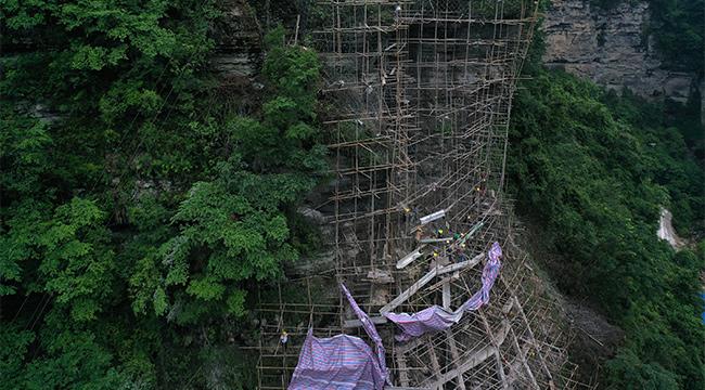 重慶黔江:懸崖絕壁上排危 保鐵路運行安全