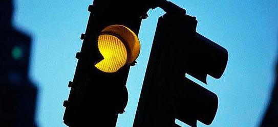 闯黄灯不扣分 司机还请见黄则止