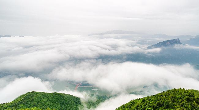 航拍长江三峡巫山美 云海景观多壮丽